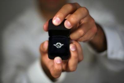 La différence entre une promesse et anneau une bague de fiançailles